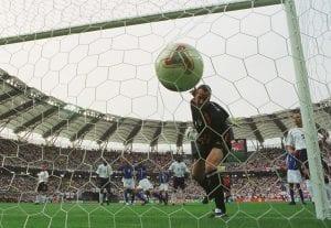 Lihat Detik Ronaldinho Memalukan David Seaman Pada 2002