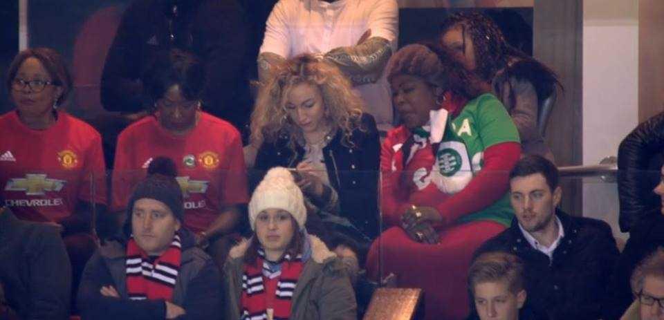 Ibu Pogba Pakai Jersi Separuh-Separuh Ketika Perlawanan Man United-St Etiene