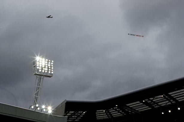 Perang Banner Antara Penyokong Arsenal Di Tempat 'Orang', Wenger Out vs In  ...