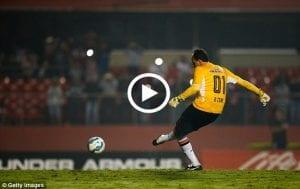 Video: 10 Koleksi Gol Penjaga Gol Yang Terbaik