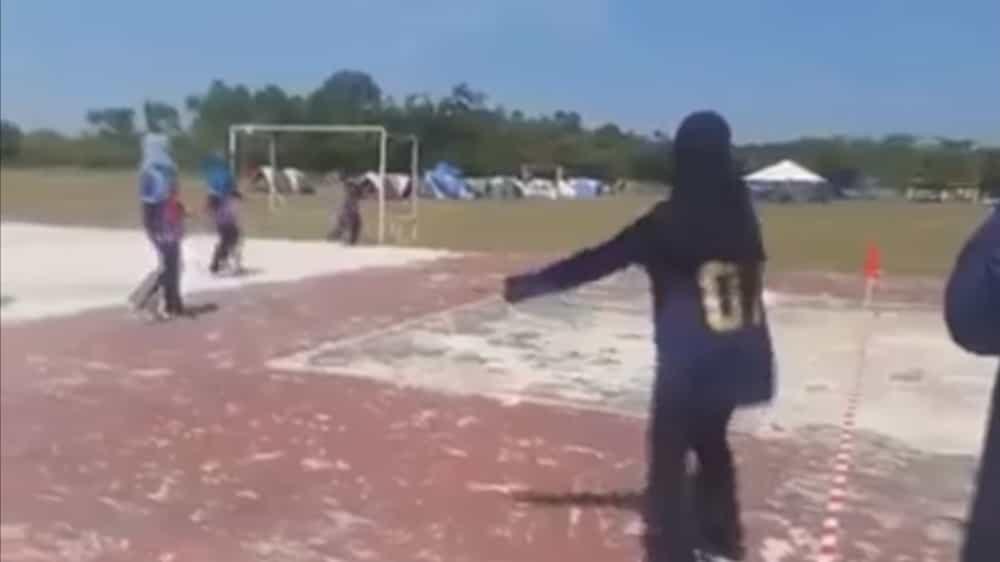 VIDEO: Gadis Bertudung Ini Jaring Sepakan Melencong Untuk Pasukannya
